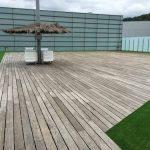 Terraza de madera en el exterior